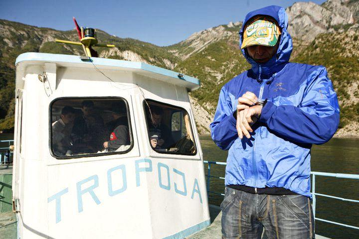 """Rumunsko je nejbližší dostupná divočina a současně exotika. Autor textu tam byl nespočetněkrát. Bohužel fotky se nedochovaly, tak aspoň Honzova momentka z Albánie - """"předražená bunda Arcteryx"""" o které mluví i v našem videu a mnoha hodinová cesta lodí přes Komanskou přehradu."""