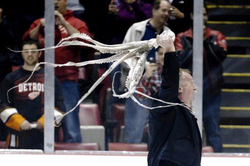 Ujeté hokejové rituály.Třikrát vyskoč, stáhni si trenky, sněz krysu, abrakadabra… VYHRAJ!