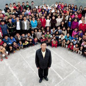Největší rodina na světě žije v indickém Mizoramu. 39 manželek a 94 dětí.