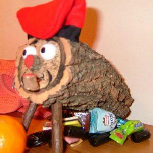 V Katalánsku mají na Vánoce místo stromečku kus polena s namalovaným smajlíkem. Praští se do něj klackem a on \
