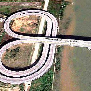 Mezi pevninskou Čínou a Macaem je most, kde se mění směr jízdy vpravo/vlevo.