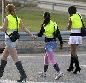 Prostitutky musí ve Španělsku nosit reflexní vesty, stejně jako dělníci na dálnici. Kvůli snížení počtu dopravních nehod.
