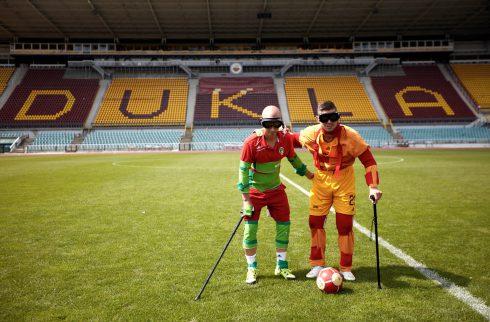 Fotbalisti Dukly aViktorky vyzkoušeli simulátor stáří. Neskutečná sranda, kdytuhne úsměv vprotézách