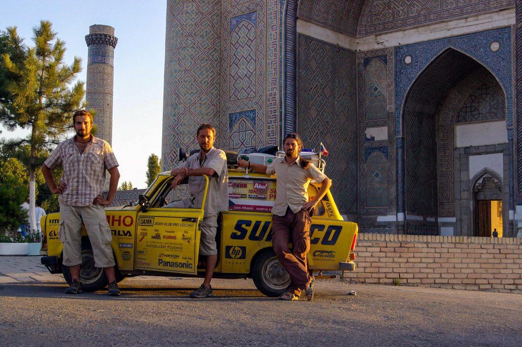 Dnes už historická fotka z první trabantí cesty: Samarkand, Uzbekistán.