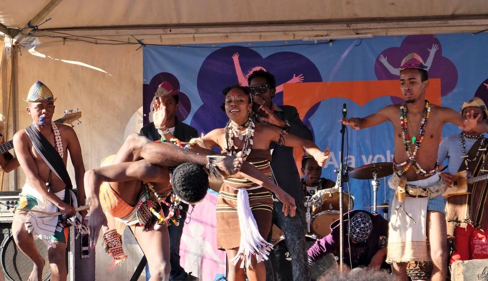 Malgaši předvádějí taneček pro turisty. Co dělají doma je jiná věc.