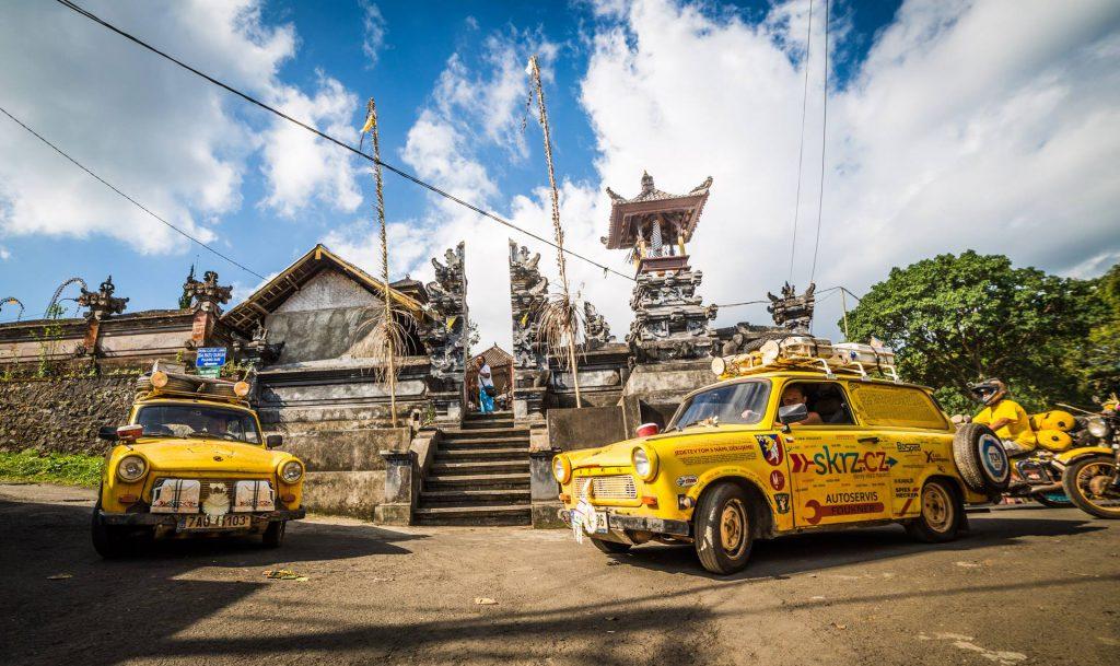 Nejvýznamnější hinduistický chrám v Indonésii a nejznámější Trabanti v Česku.