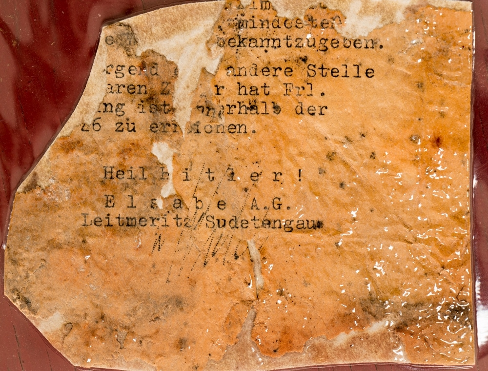 Fragmenty dokumentů nalezené v podzemí Richarda dávají tušit, že se tu dělo ještě něco navíc.