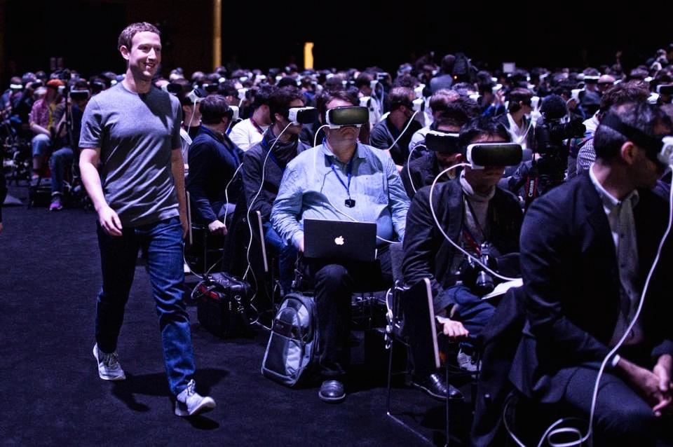 Mark zuckerberg k nám přichází z budoucnosti. Poučme se od něj. Oculus Rift.