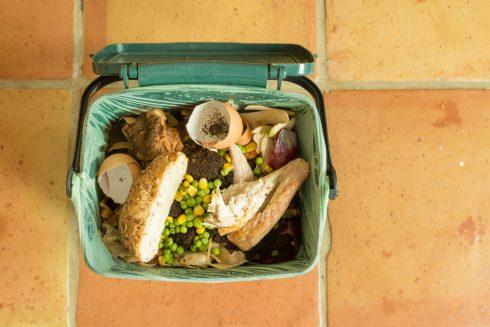 Ročně každý z nás vyhodí 80 kg jídla. Jak z toho ven?