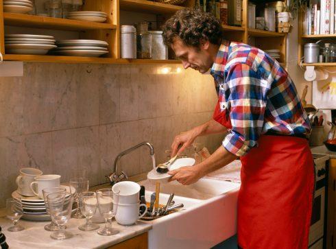 Muži, kteří vykonávají rutinní domácí práce, jsou šťastnější, zjistili vědci. A s nimi i celá rodina.