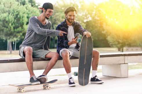 Kámoši lepší než partnerka? Studie zjistila, že mladé muže víc emocionálně uspokojuje přátelství s mužem než romantický vztah
