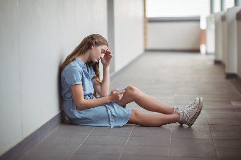 Stres a sociální média pohánějí u dívek krizi duševního zdraví