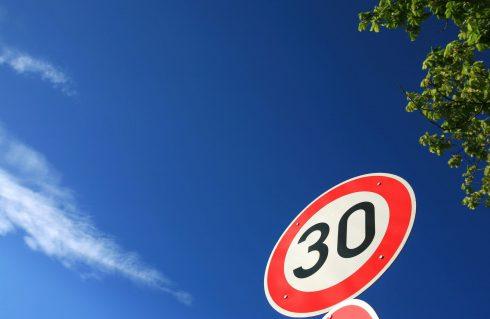 Každé čtyři dny jeden člověk. Kolik životů by zachránilo snížení rychlosti v obcích