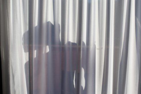 Muž na zácloně. Japonci přicházejí se stínovým opatřením proti zlodějům