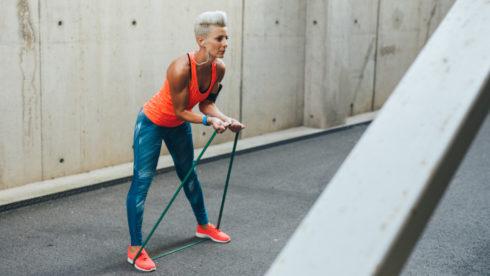 Cvičení s elastickými popruhy: nohy, paže a břišní svaly.
